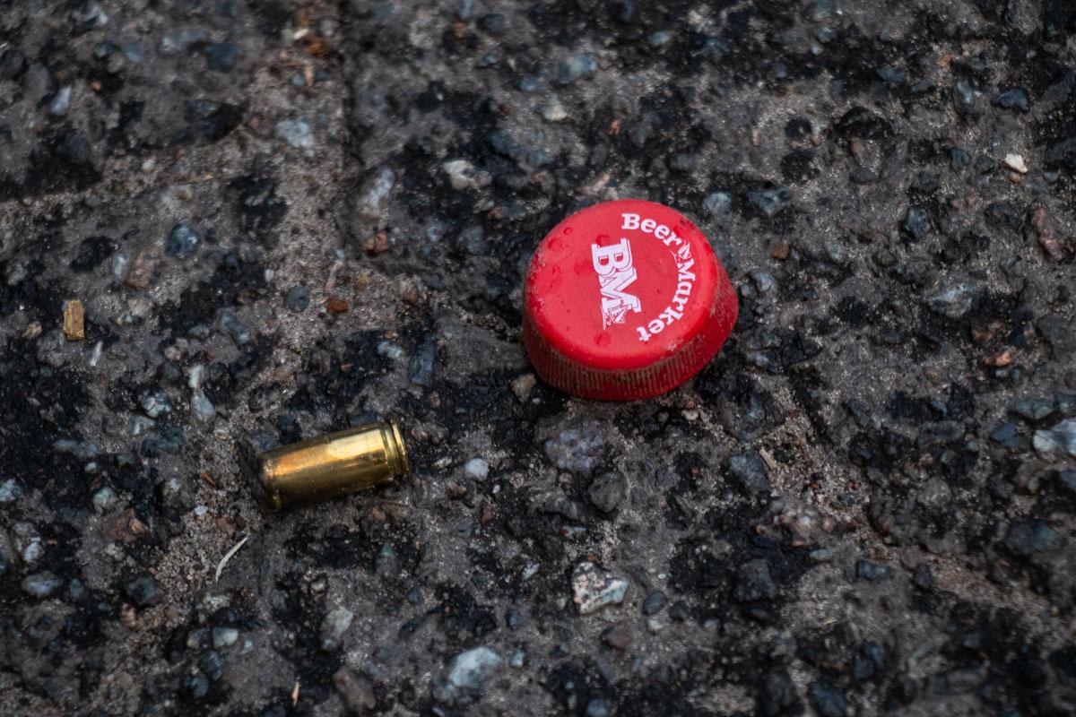 Стрелок опустошил одно обойму, затем перезарядил оружие и сделал еще несколько выстрелов