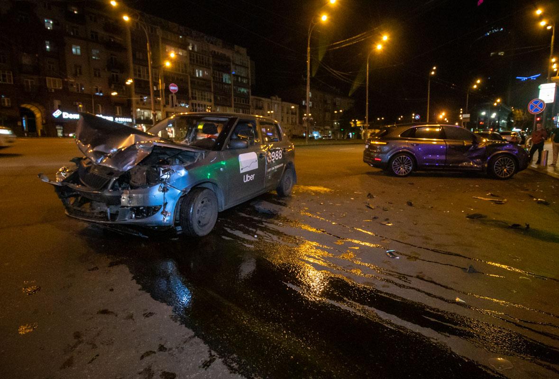 Таксиста в бессознательном состоянии вытаскивали из искореженной машины