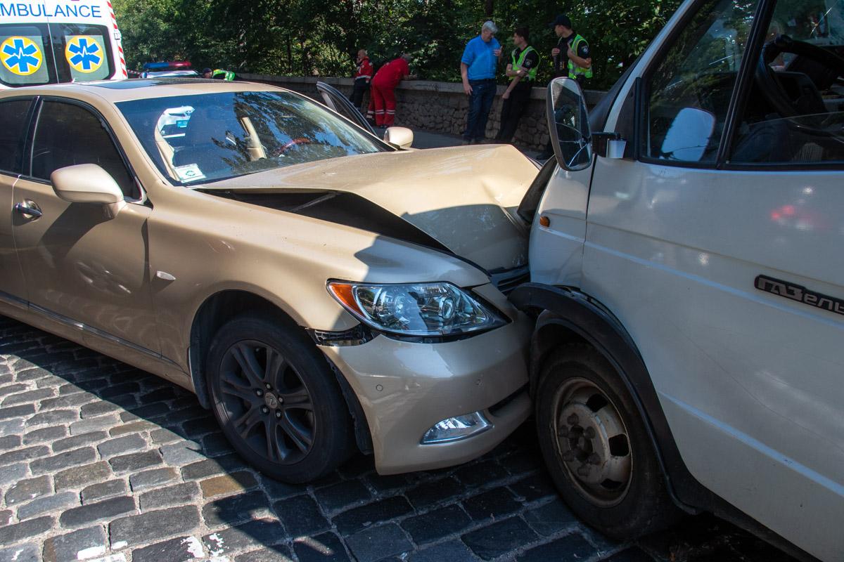 Водитель Lexus выехал на встречную полосу и влетел в лоб Газели