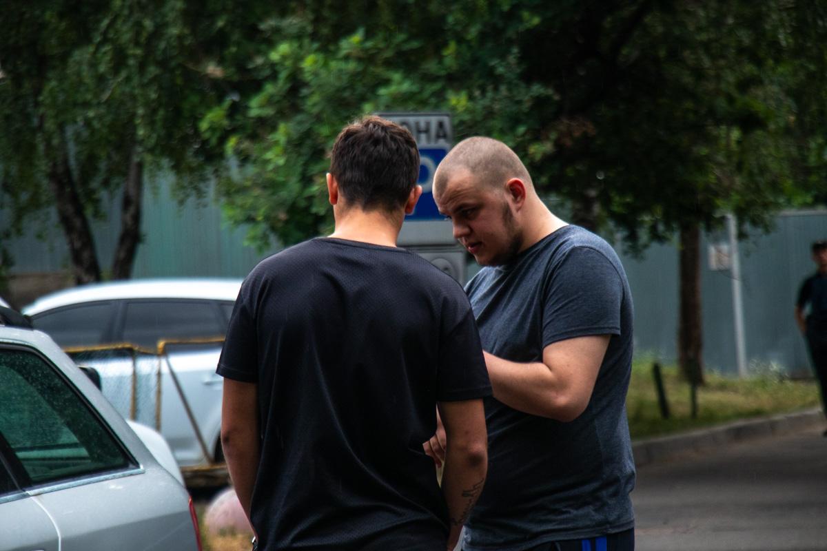 Мужчину справа правоохранители подозревают в стрельбе