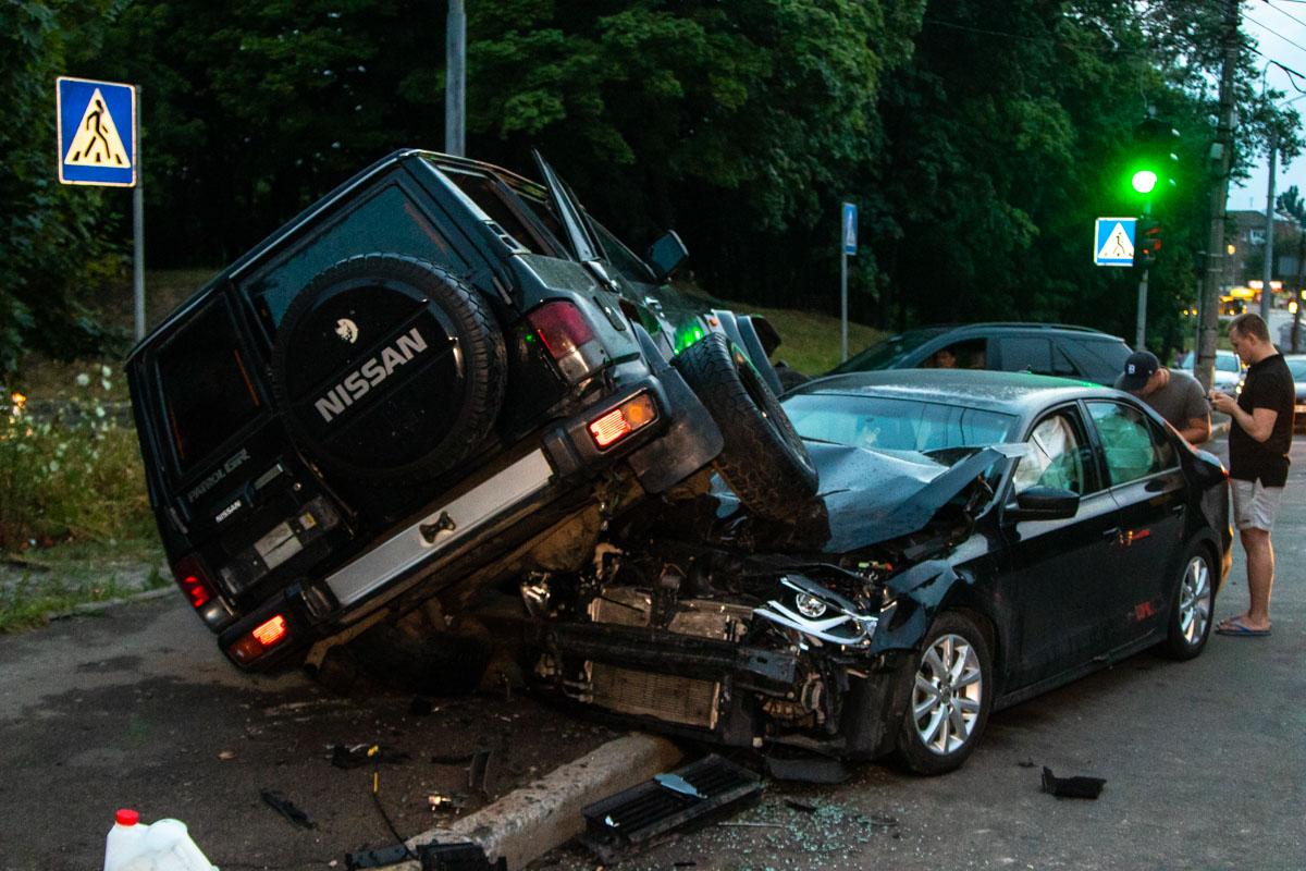 """Nissan врезался вVolkswagen, откинув """"немца"""" к обочине и остановился на его капоте"""