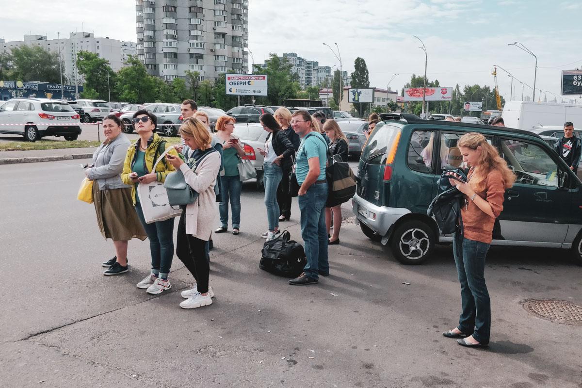 Жители Киева пытаются добраться по своим делам на наземном транспорте