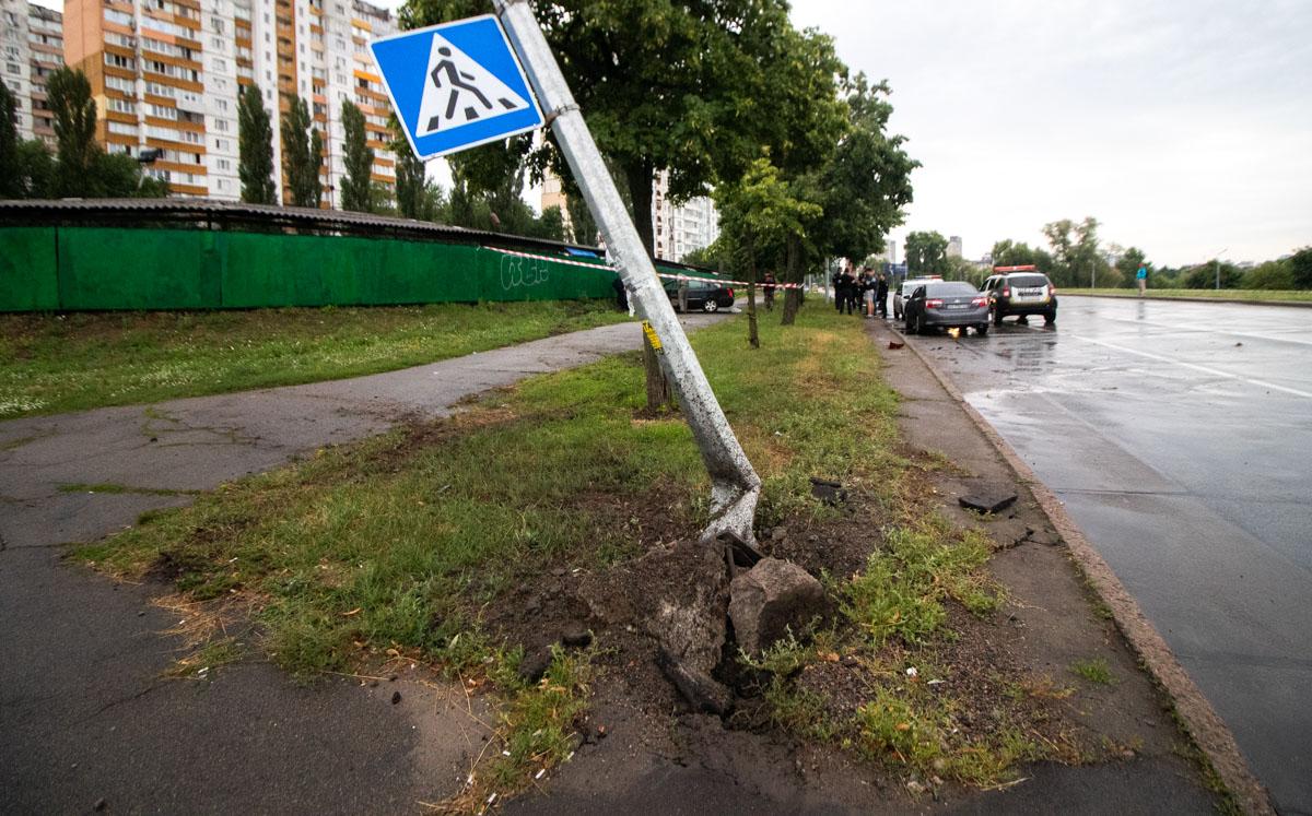 От столкновения со столбом автомобиль получил серьезные повреждения задней части с правой стороны