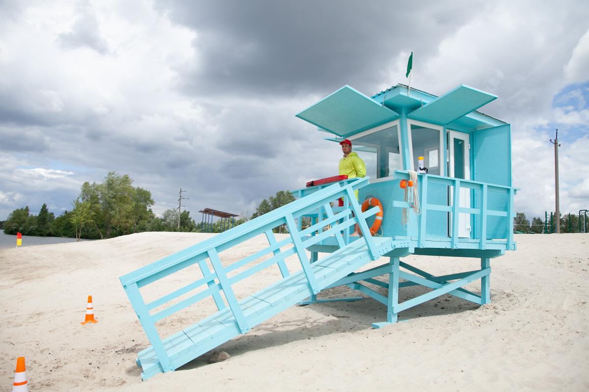 На берегу ежедневно дежурят пляжные спасатели