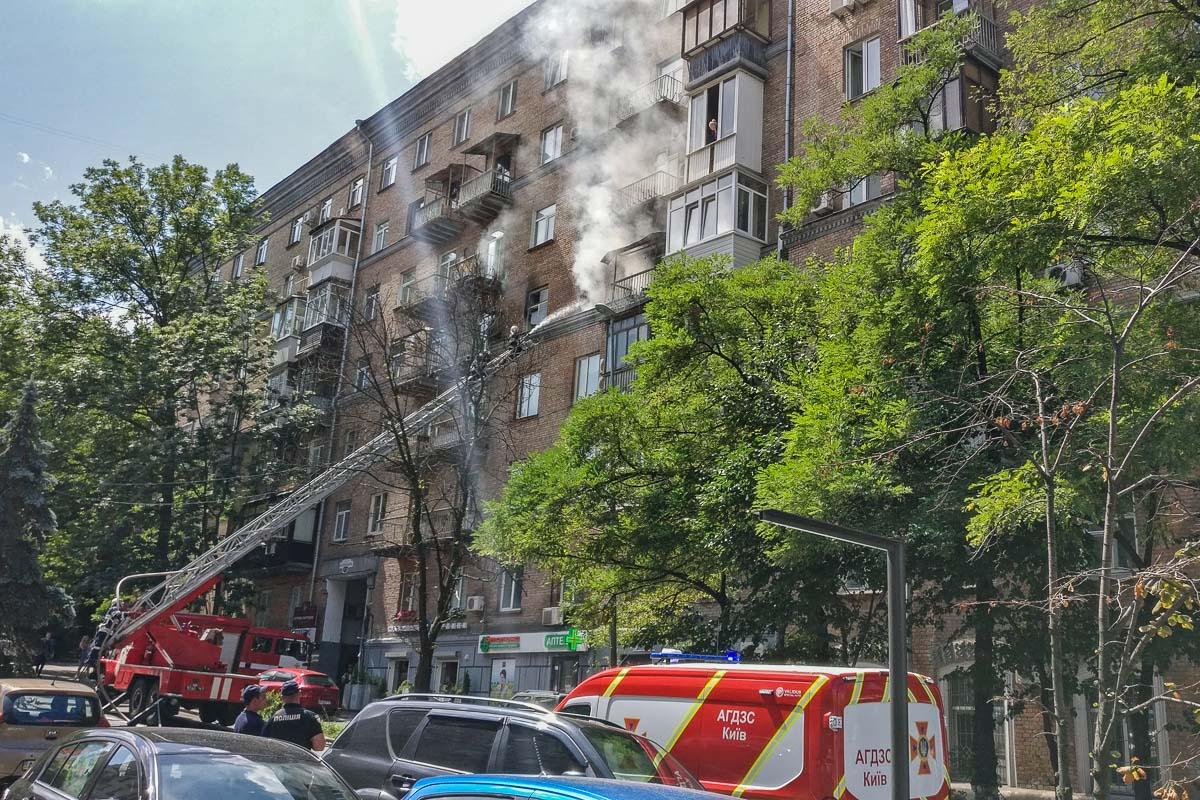 В Киеве по адресу Кловский спуск 14/24 загорелась квартира 5 этаже в жилом 8-этажном доме
