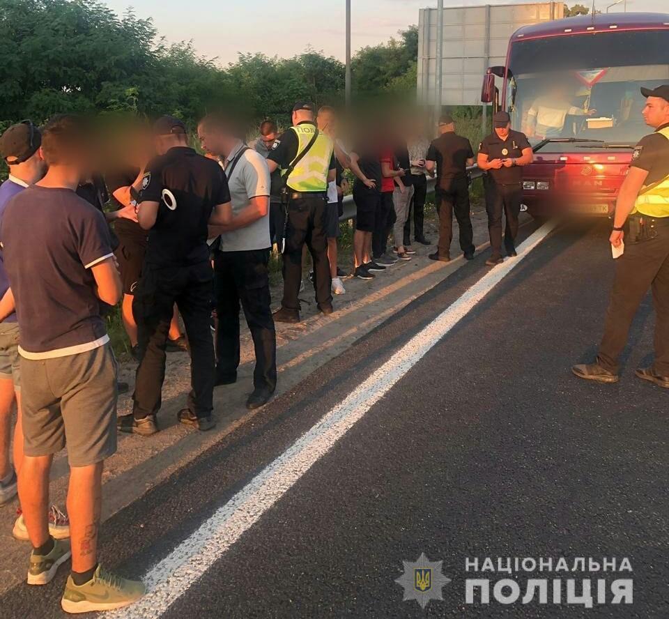В полицию сообщили о передвижении в автобусах большого количества людей в направлении Киева