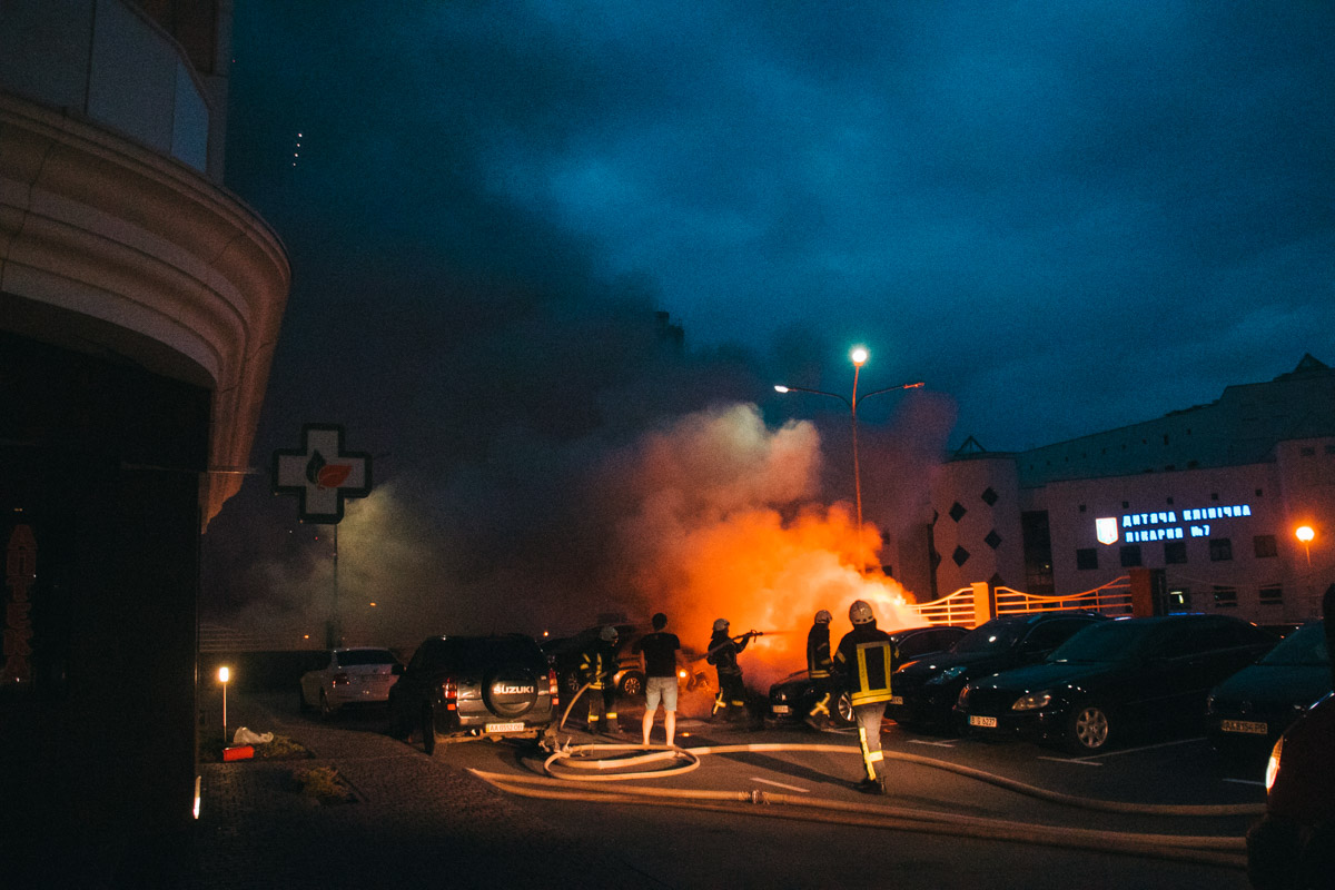 """Во дворе жилого дома ЖК """"Новопечерский"""" горел Mercedes"""
