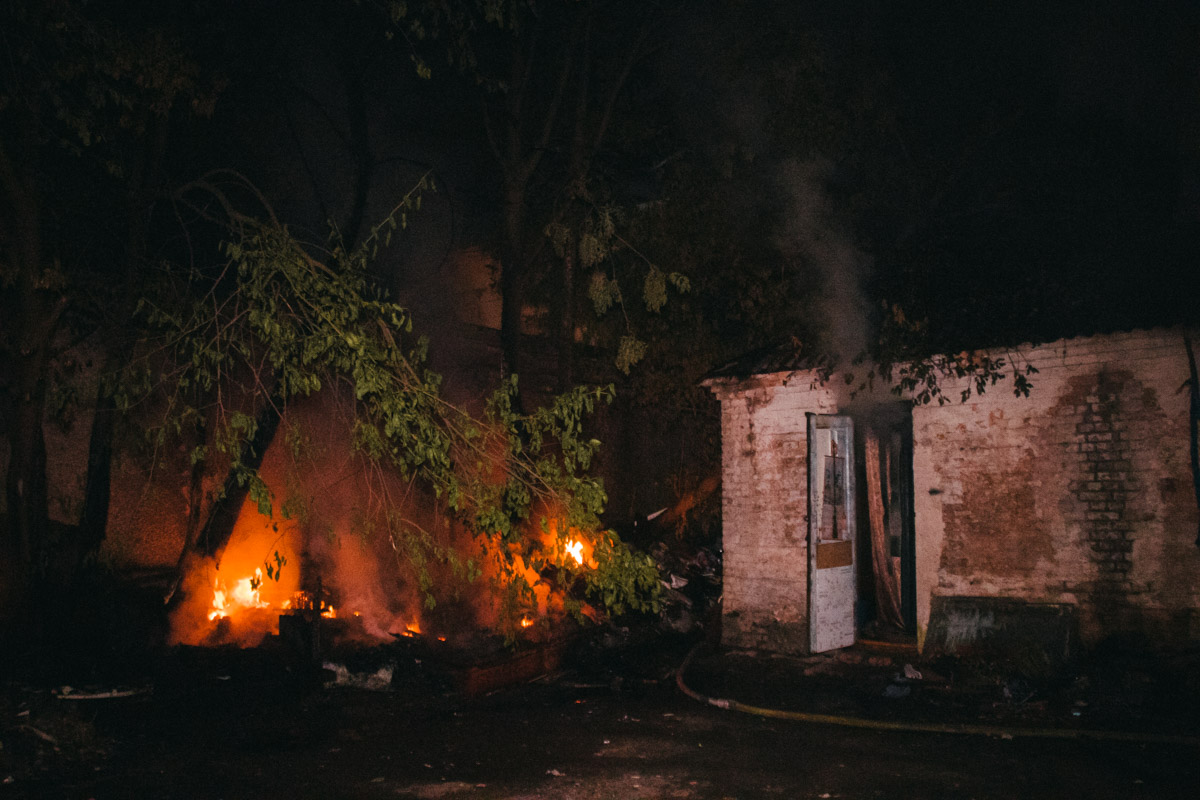 На Отрадном в Киеве загорелось одноэтажное здание