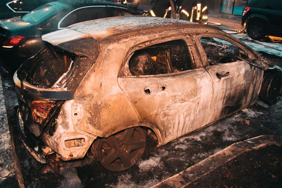 Одну из машин огонь уничтожил полностью