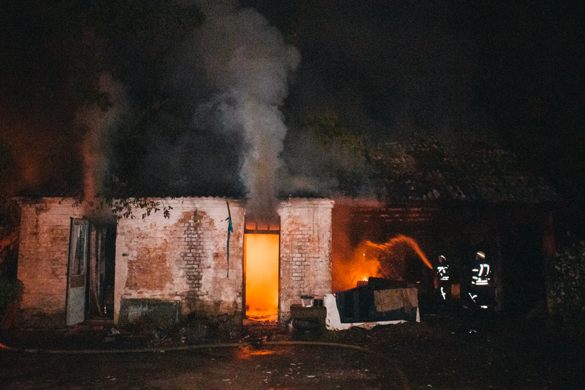 Огонь полностью охватил помещение