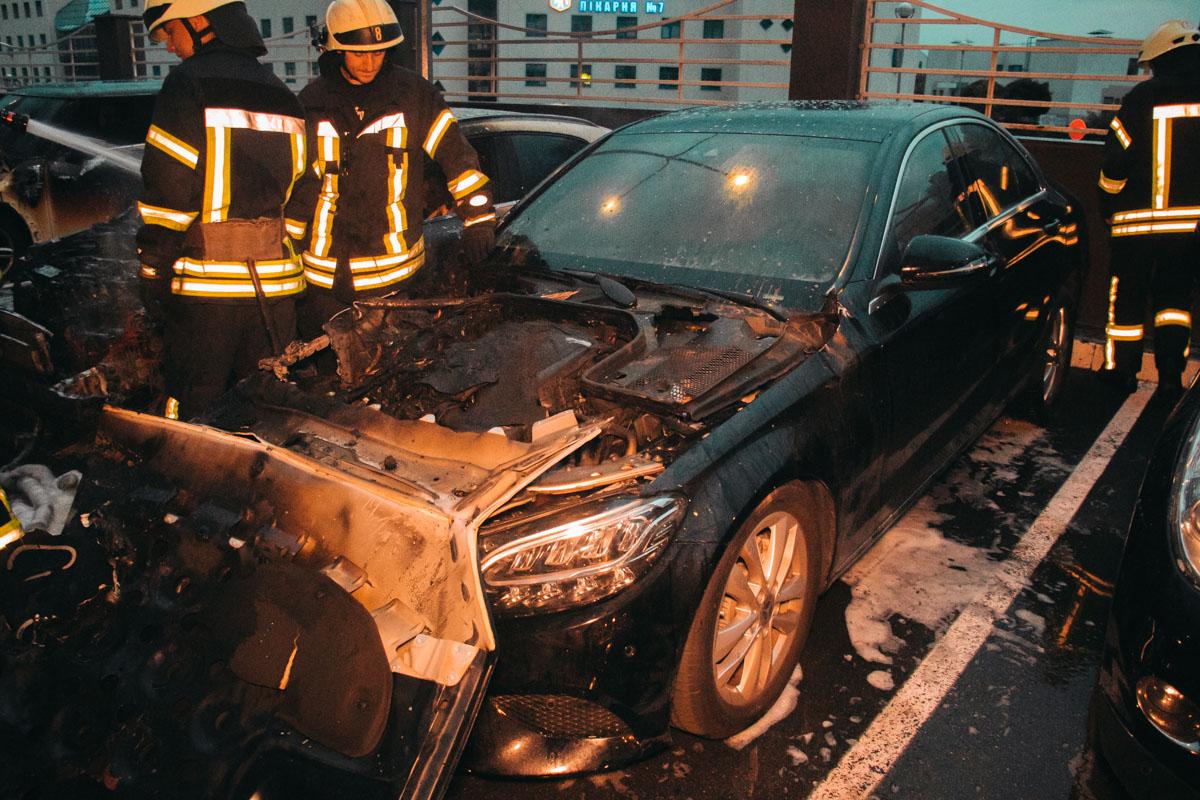 Также пострадал и рядостоящий Mercedes