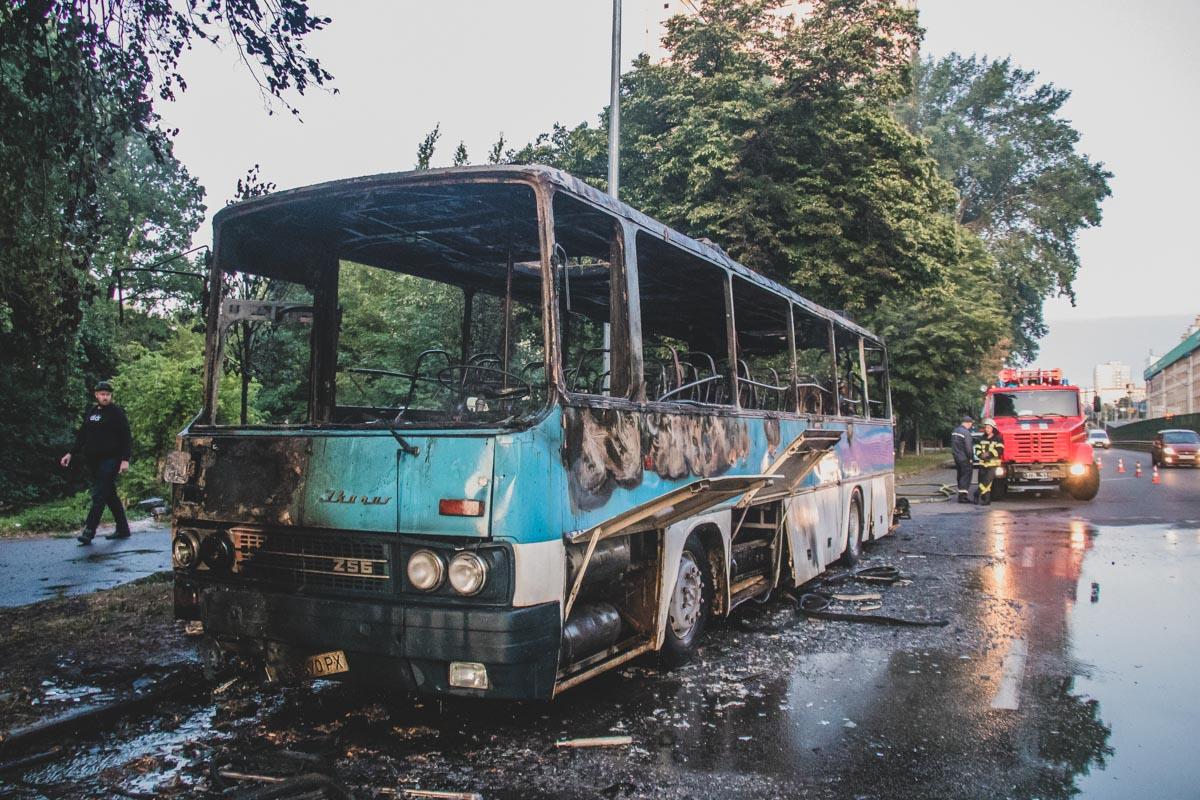 Пожарные предположили, что автобус подожгли