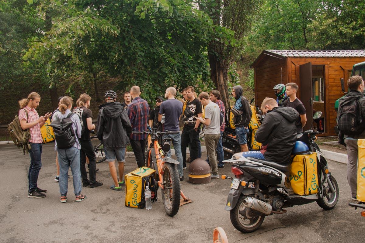 Под стенами офиса Glovo собрались около 25 человек