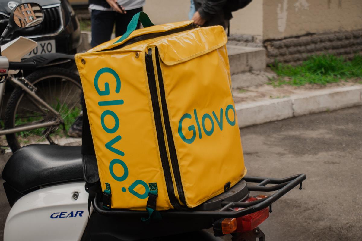 К офисуGlovo доставщики на велосипедах и мотоциклах начали съезжаться к 12:00