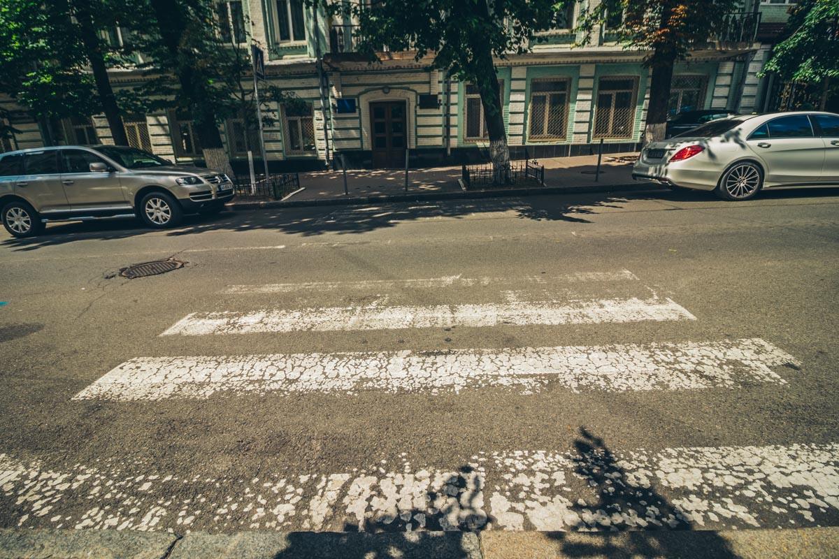 Пешеходная разметка также требует восстановления