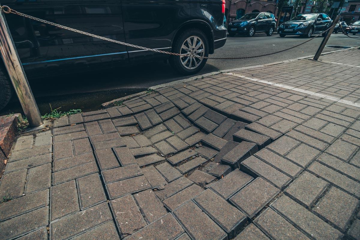 Сейчас на улице частично повреждена тротуарная зона