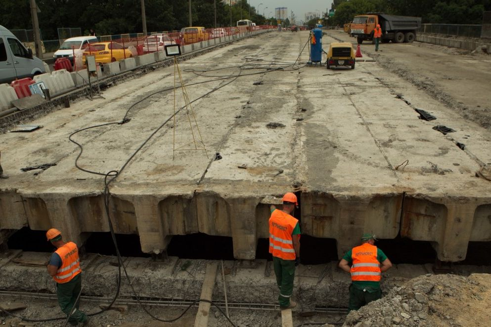 В данный момент уже завершено снятие старых слоев асфальта и бетона