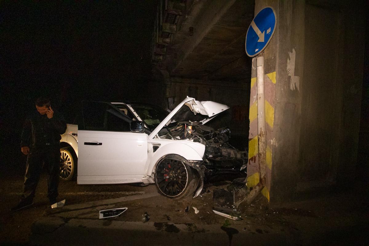 У Києві водій елітного позашляховика відволікся на мобілку і протаранив опору моста
