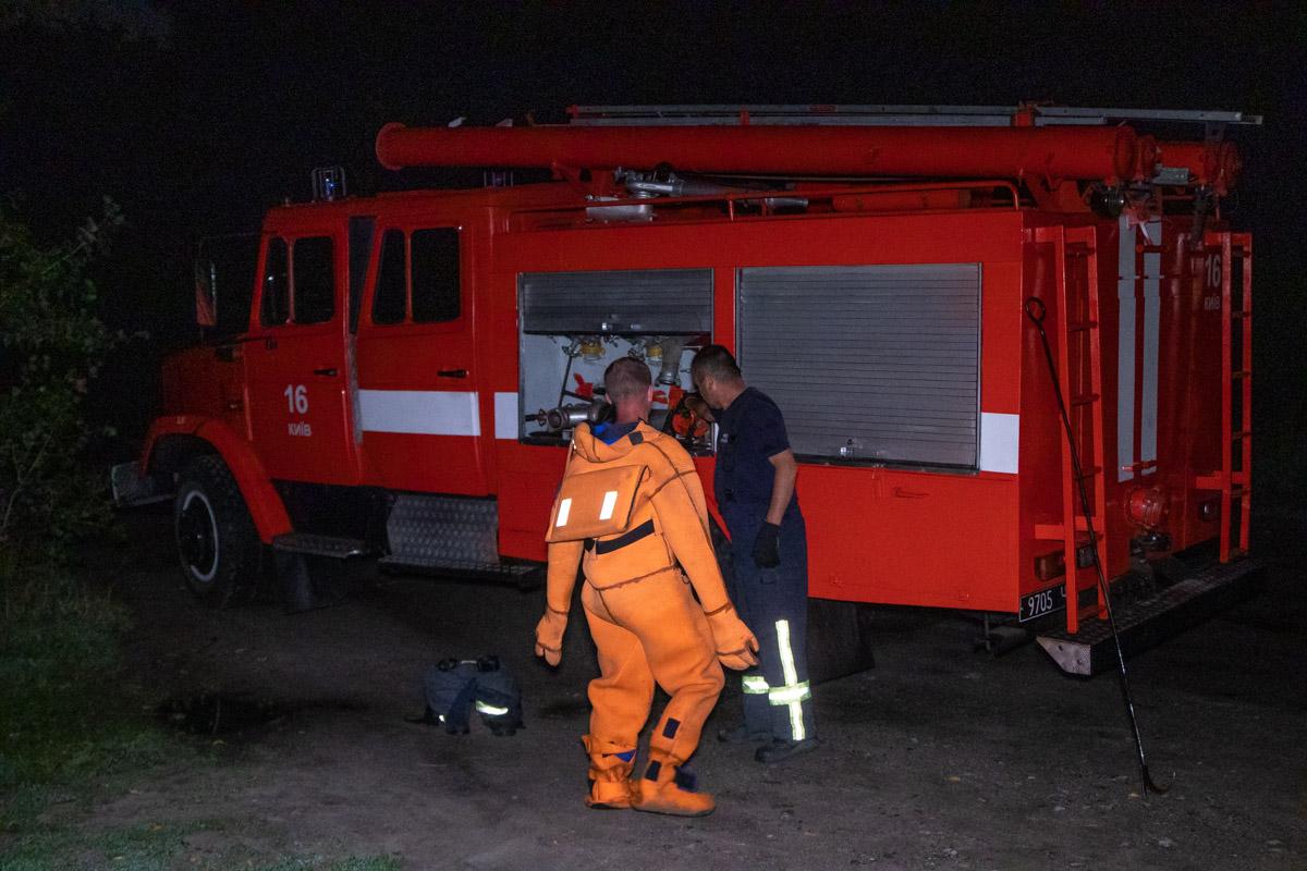 Труп из воды доставали спасатели