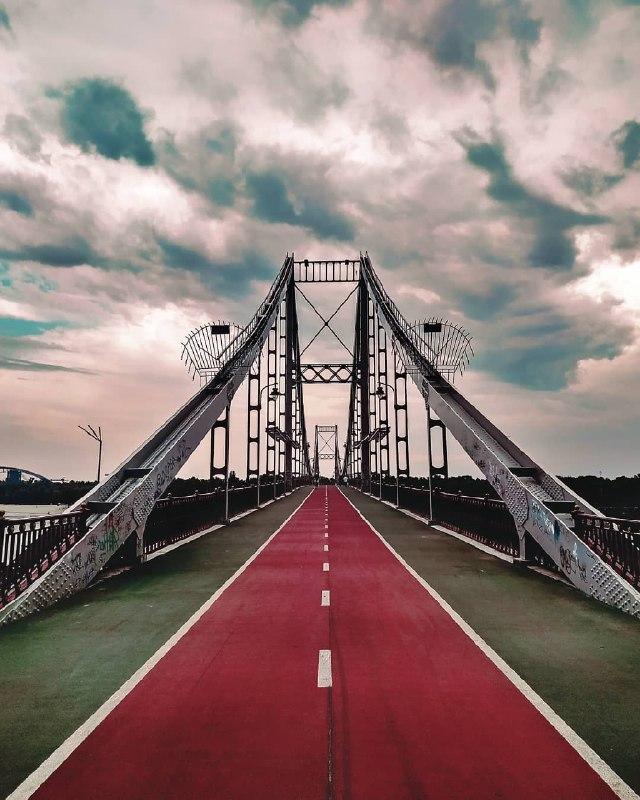 Традиционно красивый мост, нетрадиционно красивое небо. Фото: @davidantaruk_photo