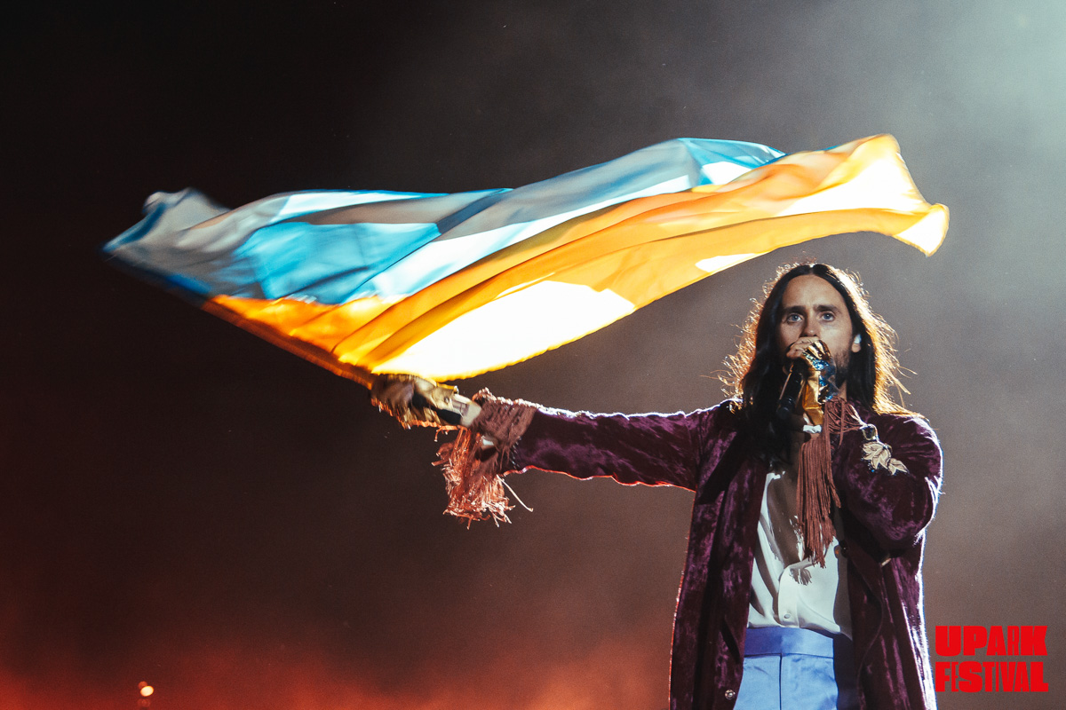 """По традиции всех своих выступлений, Джаред под """"Do or die"""" вынес национальный флаг Украины"""