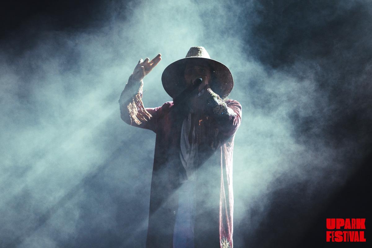 В финале свой как обычно эпатажный образ музыкант дополнил шляпой и стал похож на Гэндальфа