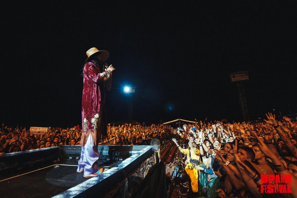 На финальную песню Джа выбирал из толпы людей, которых выпустили на сцену
