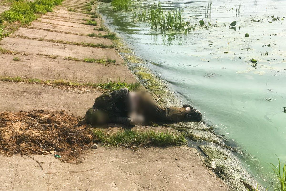 В Киеве на Русановке из воды достали труп мужчины