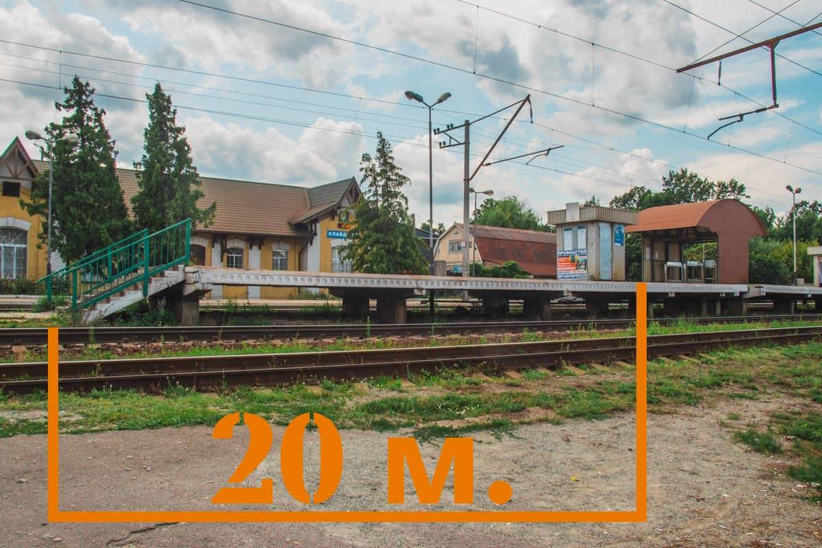 Согласно нормам, переход должен находиться на расстоянии не меньше 20 метров от края платформы