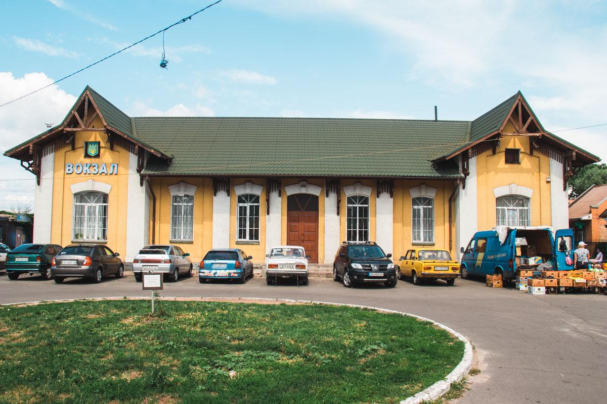 Вокзал находится посередине поселка и делит его на две части