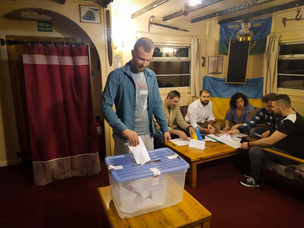 """На спецучастке на станции """"Академик Вернадский"""", которая является самым отдаленным избирательным участком Украины,завершилось голосование"""