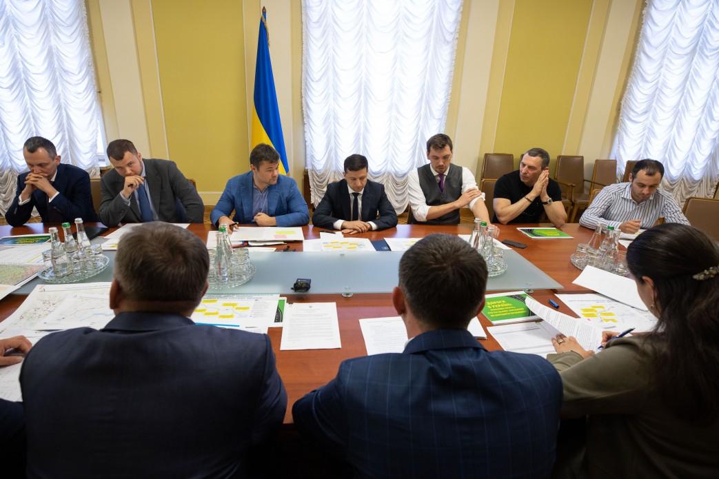 Зеленский собрал экспертов в строительстве дорог