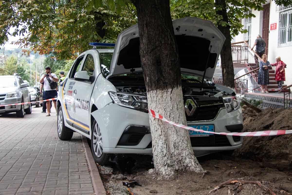 В центре Киева Renault врезалась в дерево