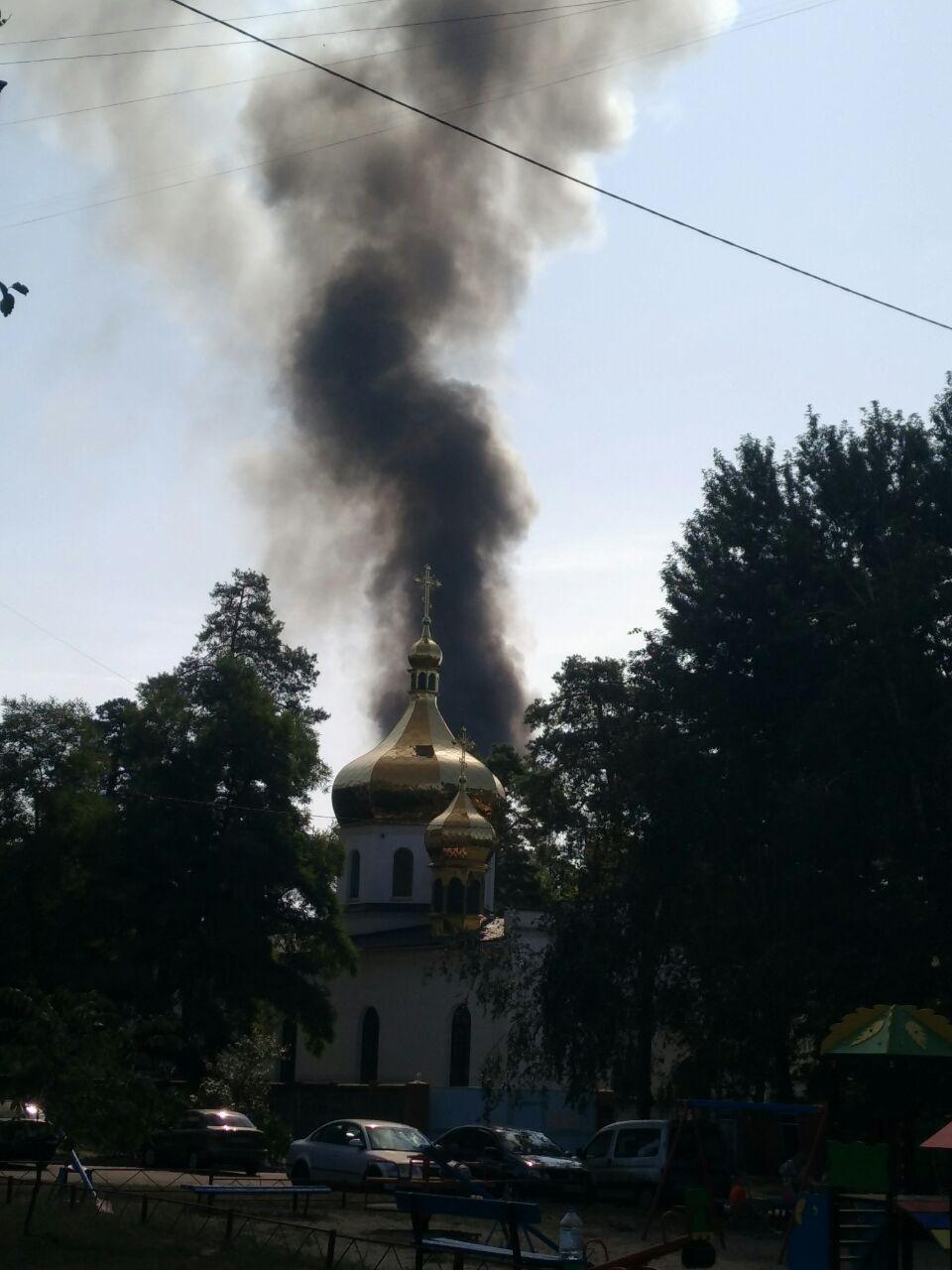 Черный столб дыма виден на весь Дарницкий район