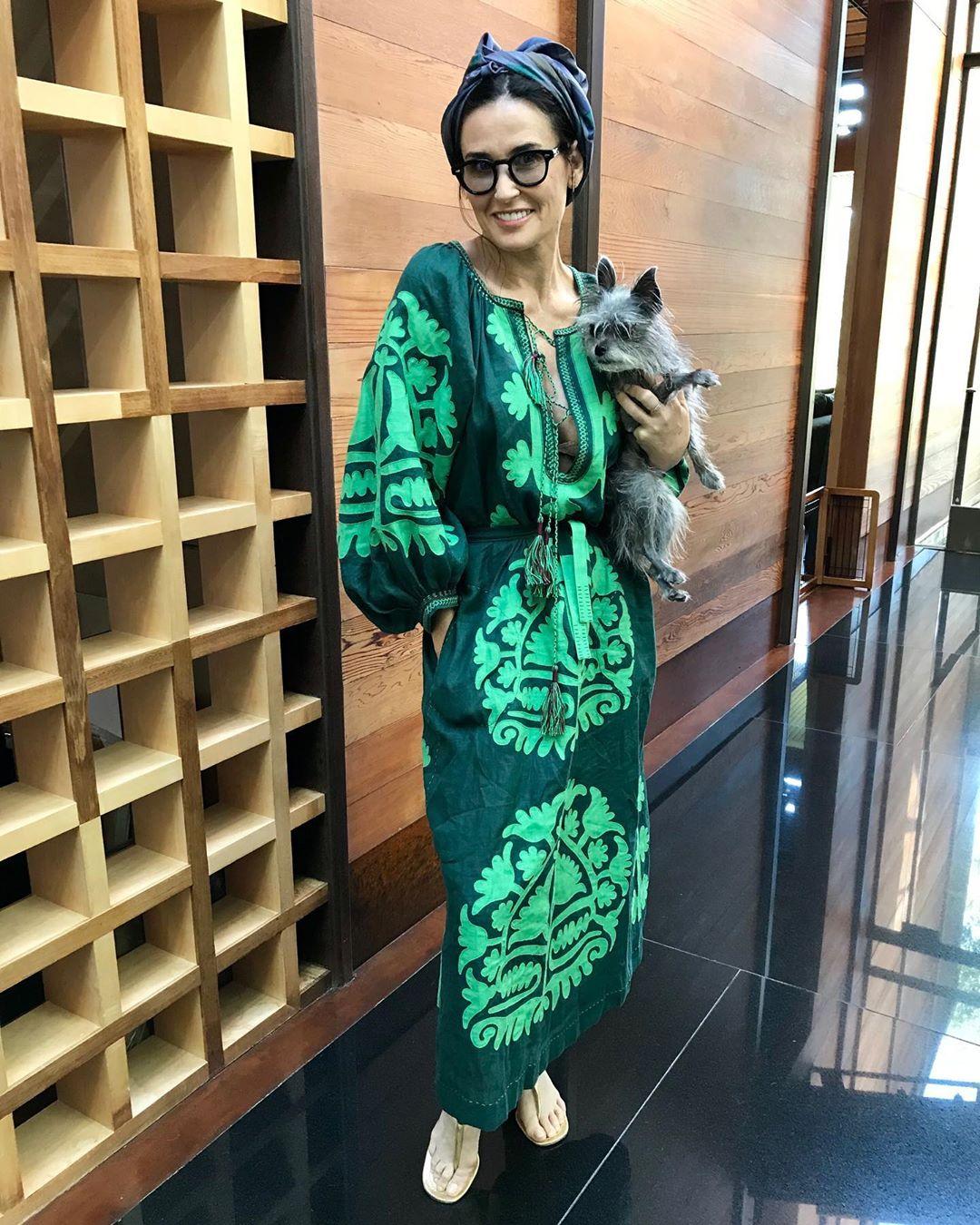 Деми Мур поразила поклонников вышиванкой от украинского дизайнера