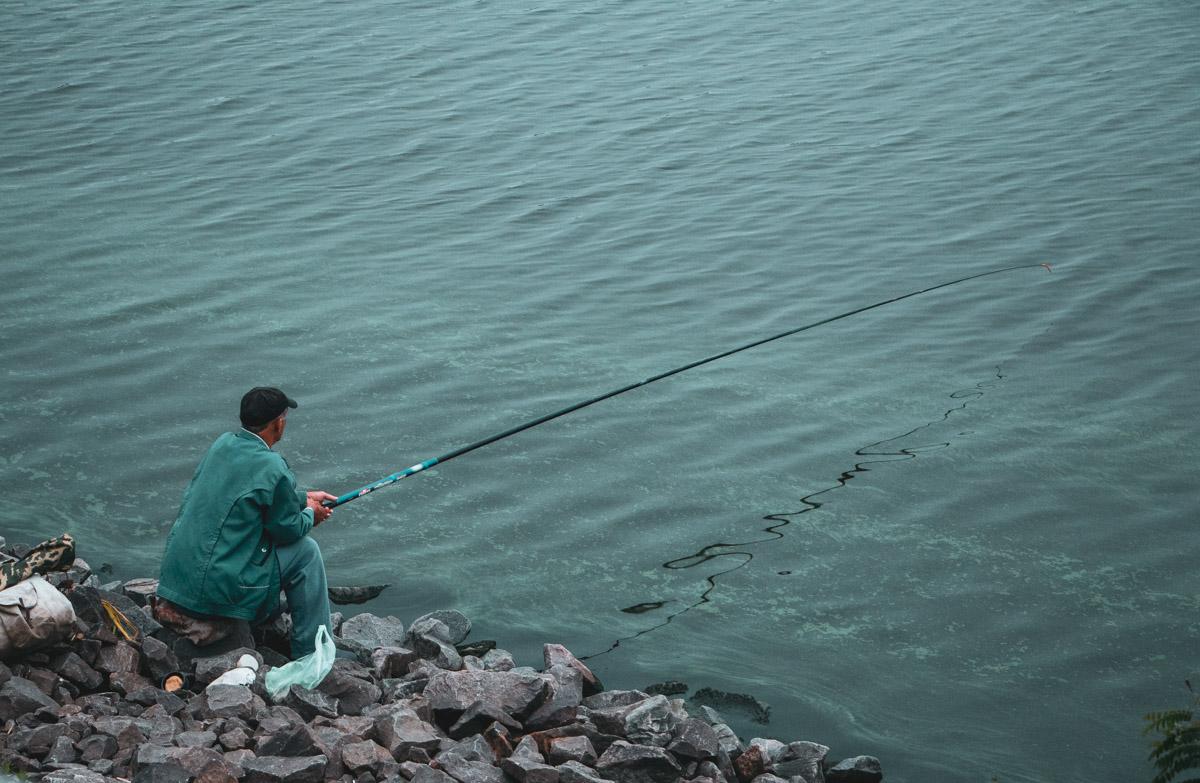 Однако даже сейчас на берегу Днепра можно встретить самых стойких жителей столицы - рыбаков