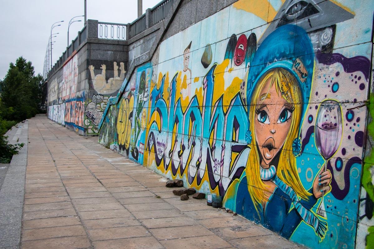 Если вы хотели не спеша пройти по набережной и посмотреть на работы уличных художников - сейчас лучшее время