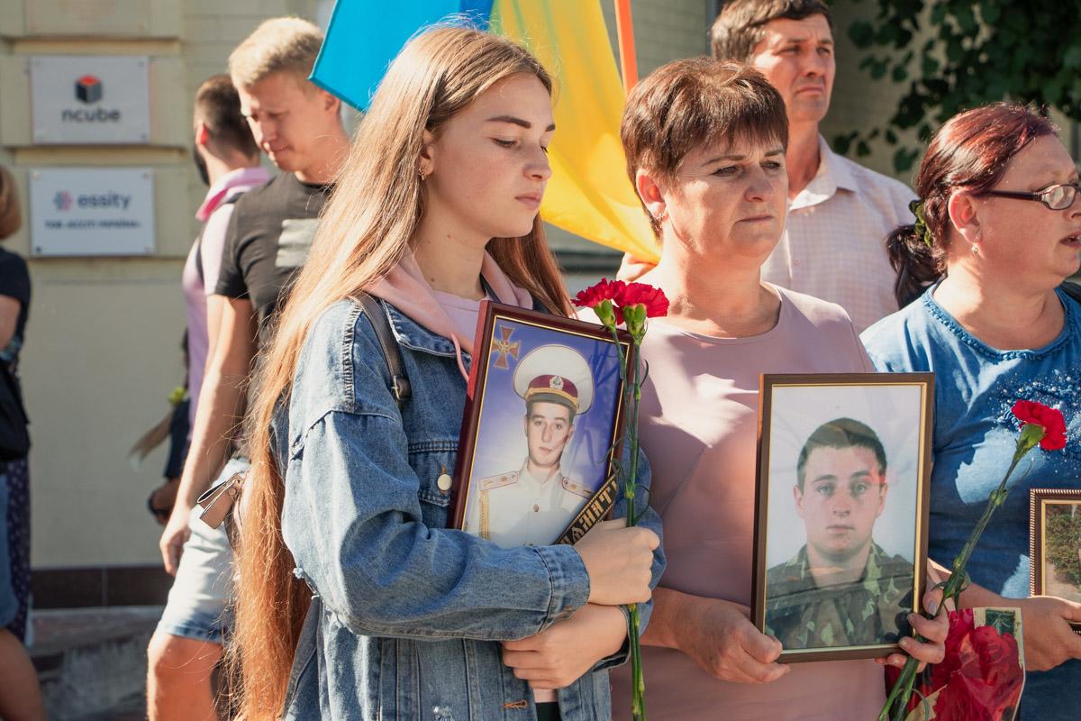 Родственники погибших солдат приходили с фотографиями в руках