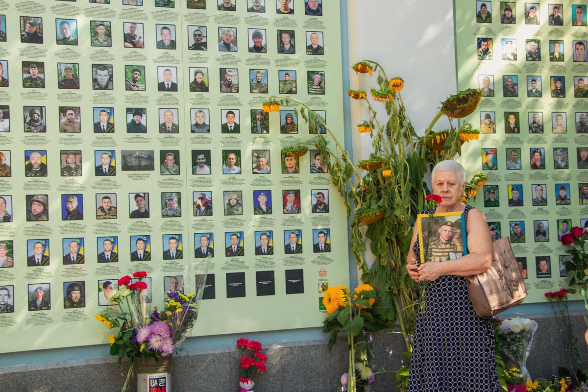 Возле Стены памяти начали собираться родственники погибших солдат и те, кому удалось прорваться через окружение