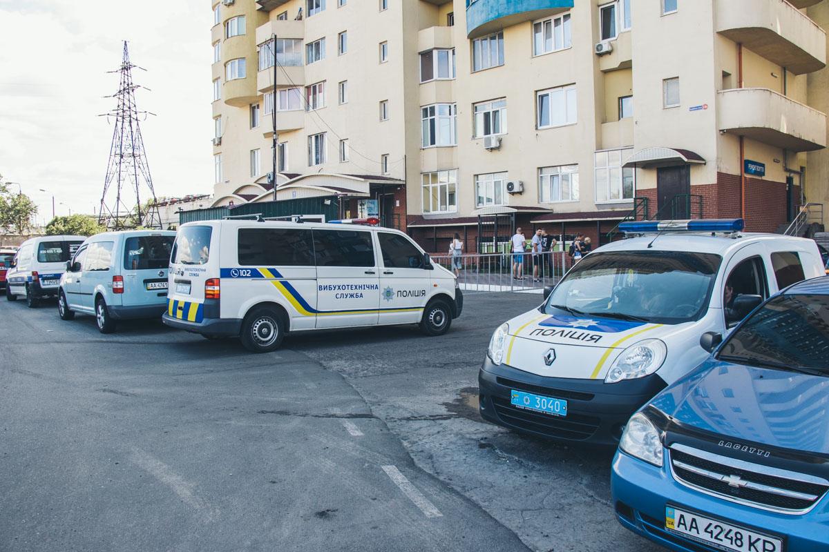 10 августа жильцы нескольких квартир дома по адресу Харьковское шоссе, 19а и 19б в срочном порядке вызвали полицию