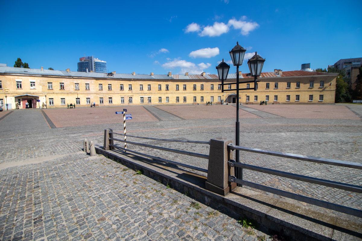 Площадь перед Госпитальным укреплением выглядит впечатляюще масштабно