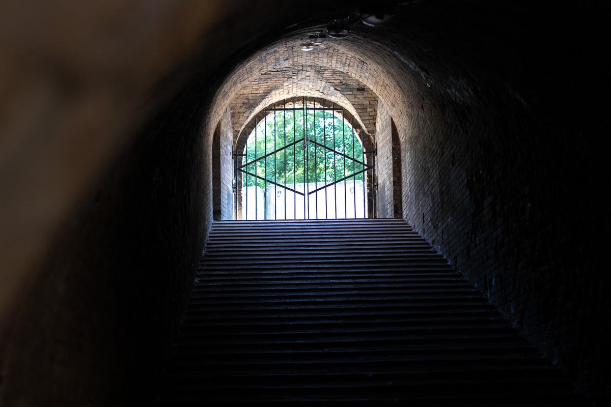 Киевская крепость полна как залитых солнцем пространств, так и таких вот лестниц, погруженных в полумрак