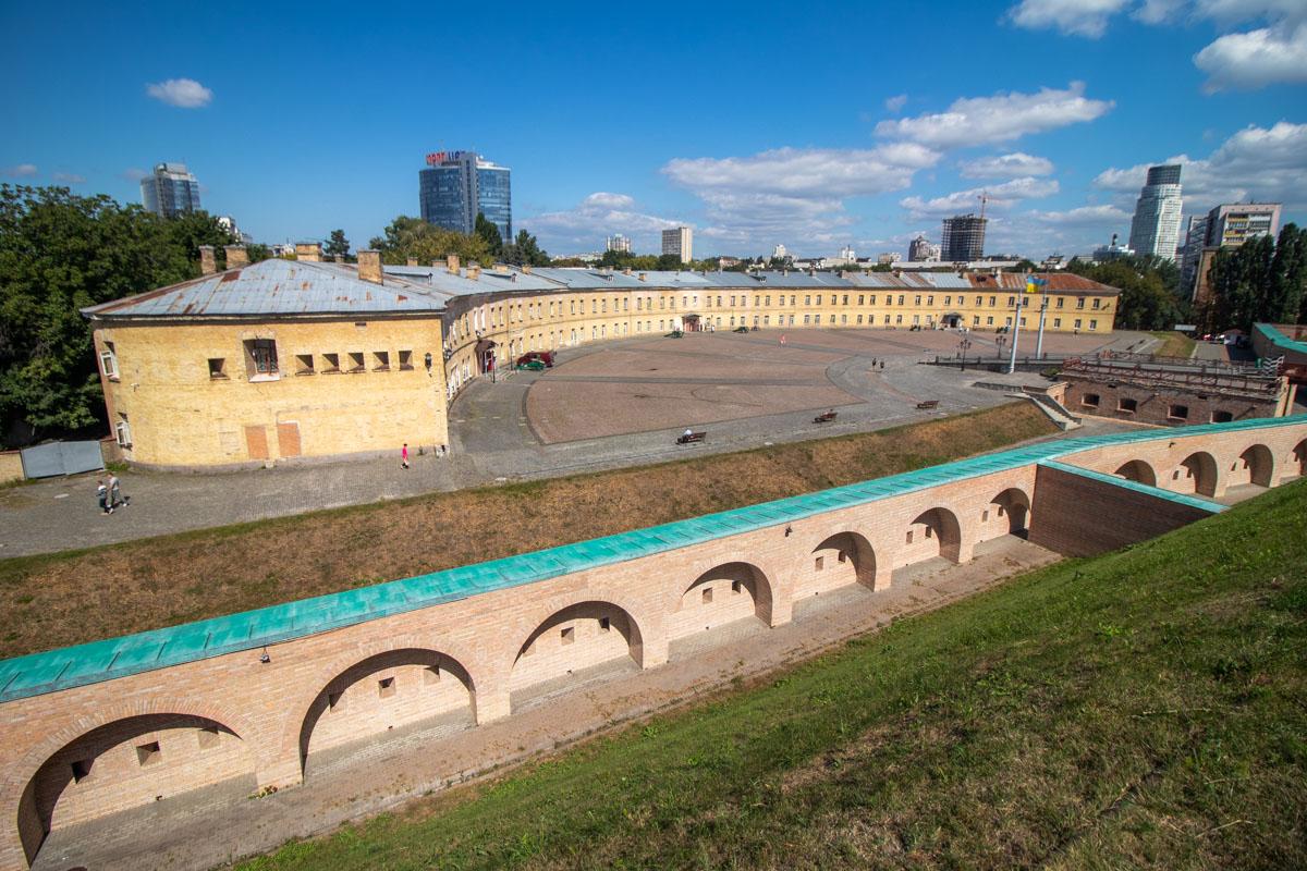 Киевская крепость - уникальное сооружение, расположенное в самом центре столицы, и при этом очень аутентичное
