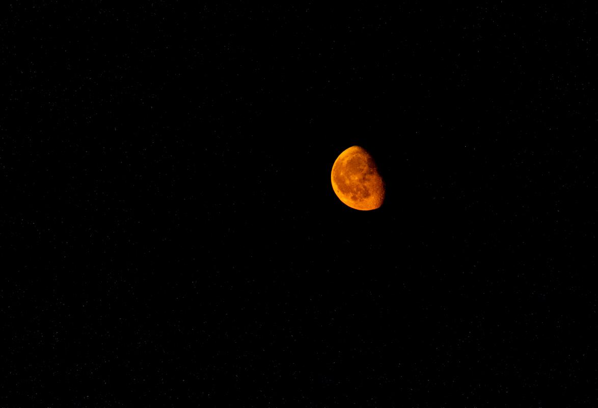 На небе столицы появилась насыщенная желто-оранжевая луна