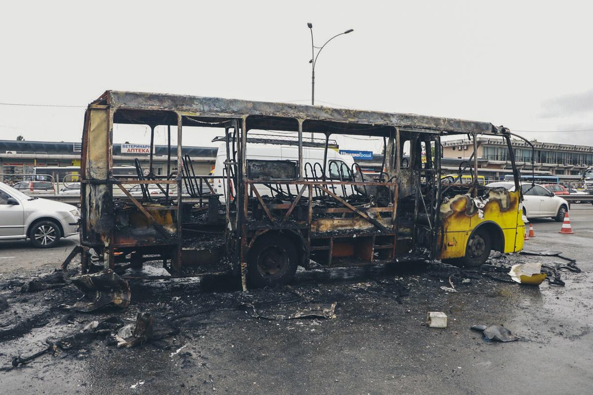 В четверг, 15 августа, в Киеве загорелось маршрутное такси «Богдан»