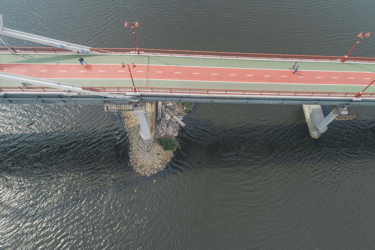Мост не закрыли. Мест падения осмотрели спасатели и следователи