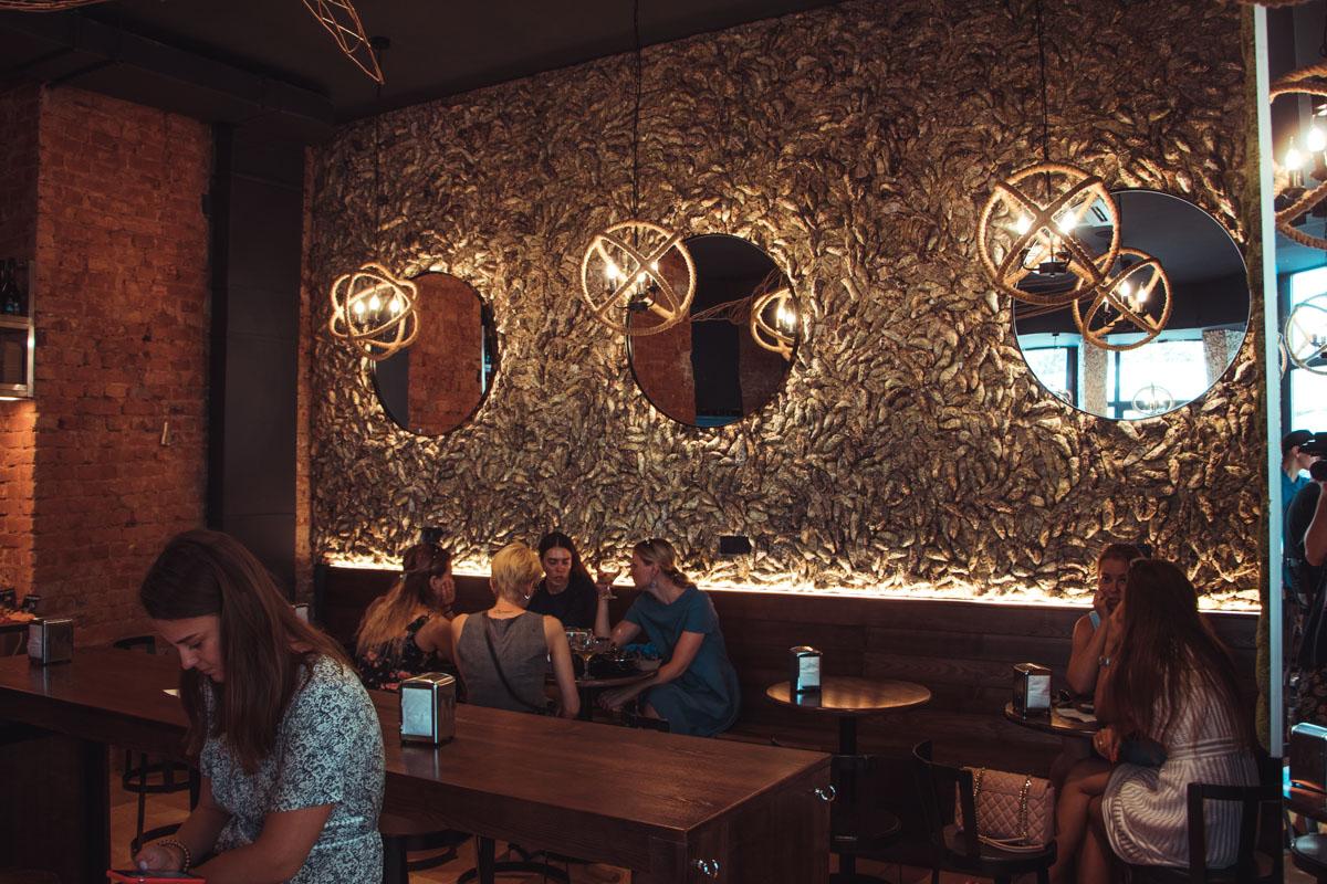 Ничего лишнего: на стенах большие картины, на которых изображены морские жители, достаточное количество столиков, стильная уборная