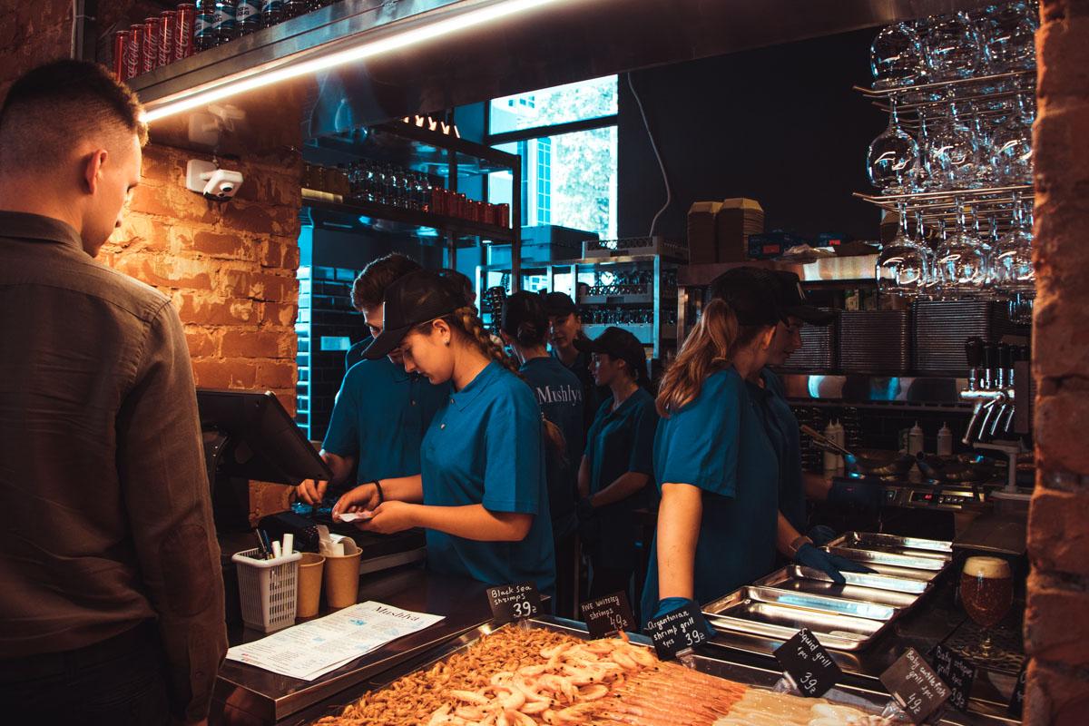 По лицам тех, кто уже успел сделать заказ и полакомиться, можно было понять, что посетители обедом довольны