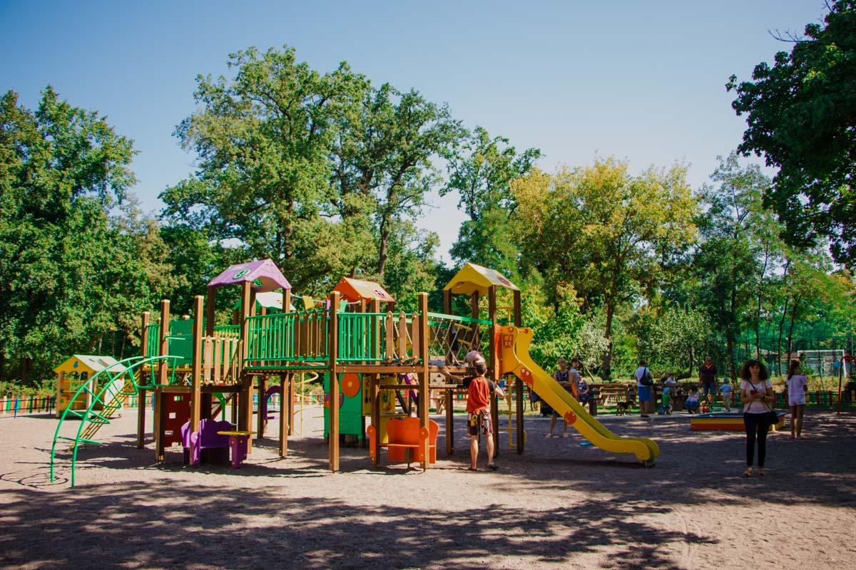 Детская площадка привлекает массу народа даже в будний день
