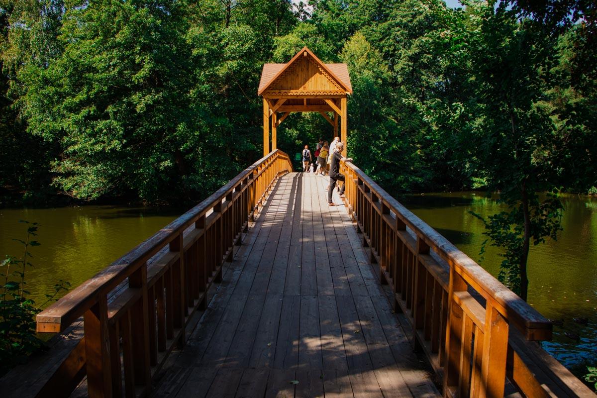 Красочным местом парка стал и мост через ставок